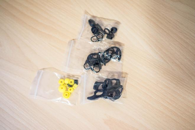 Ohrstöpsel und Stabilisatoren beider Headsets